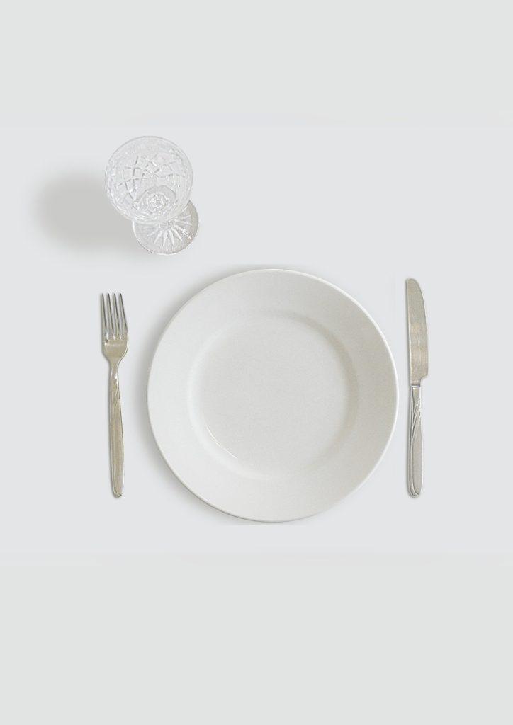 Assiette vide, jeune et ayurveda